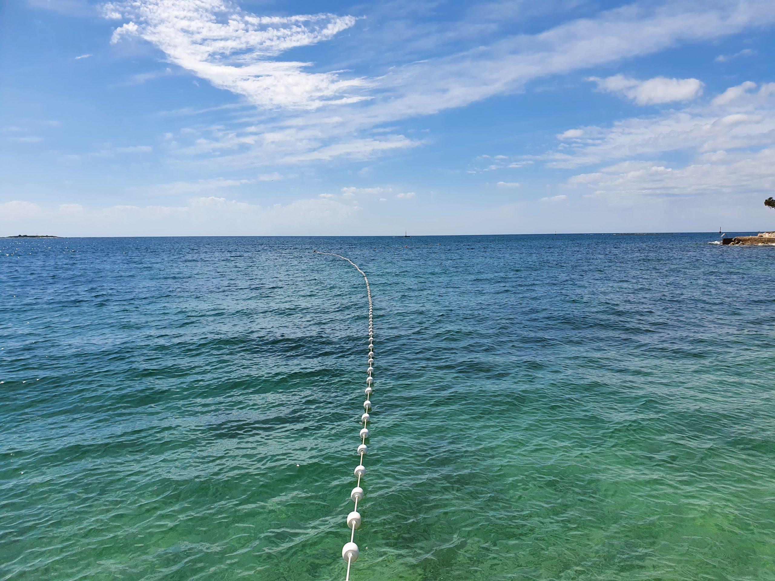 Montaža plutajuće zaštitne ograde za plaže